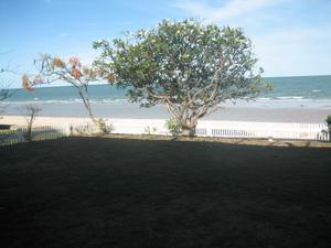 จากระเบียงหน้าบ้าน จะเห็นว่าติดหาดทราย - ทะเล