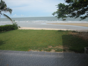หลังบ้านเป็นสนามหญ้า - ติดหาดทราย