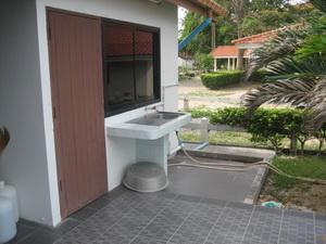 ระเบียงหลังบ้าน มีที่ล้างจาน ล้างมือ