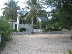 ถ่ายจากหาดทราย มายังหน้าบ้านหลังเล็ก