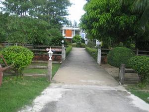 ทางเข้าจากถนนหน้าบ้าน