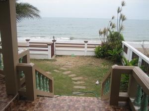 ประตูออกหลังบ้าน มองเห็นทะเลเต็ม ๆ