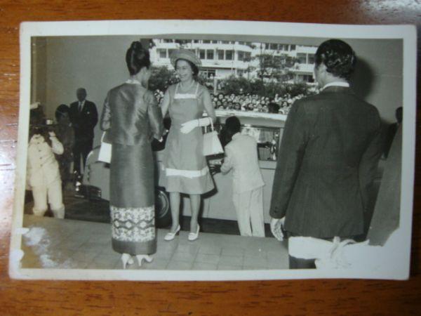 ภาพถ่ายขาวดำ สมเด็จพระนางเจ้าพระบรมราชินีฯเสด็จรับควีนอลิซาเบทที่๒