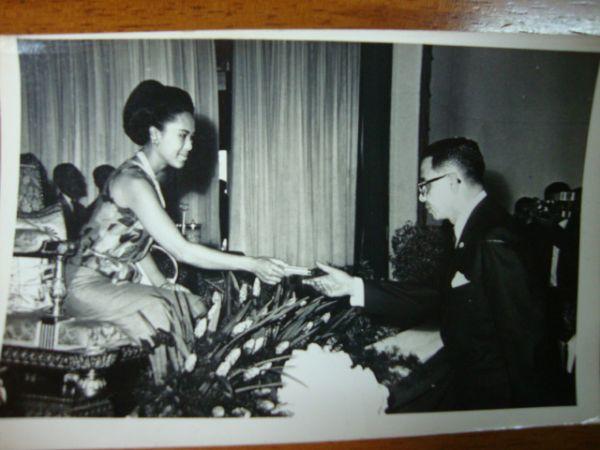 ภาพถ่ายขาวดำสมเด็จพระนางเจ้าพระบรมราชินีฯพระราชทานสิ่งของ