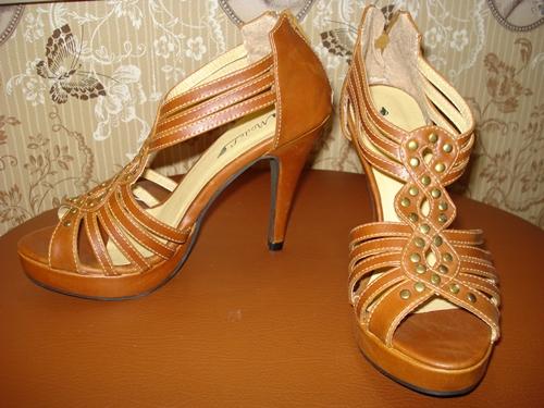 รองเท้าส้นสูงสีน้ำตาลแดงแต่งหมุด / Hazel Brown Platform Shoes