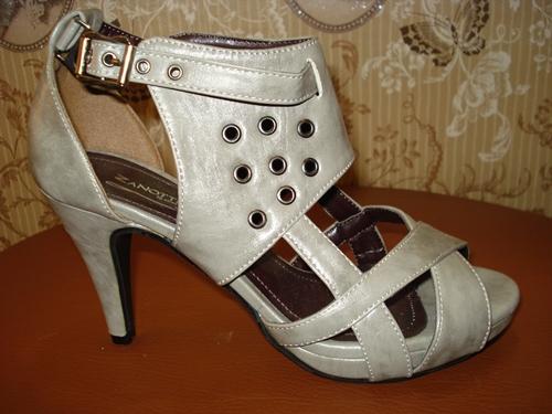 รองเท้าส้นสูงสีเทาตอกตาไก่เก๋เท่ / Grey Smarty Platform Shoes