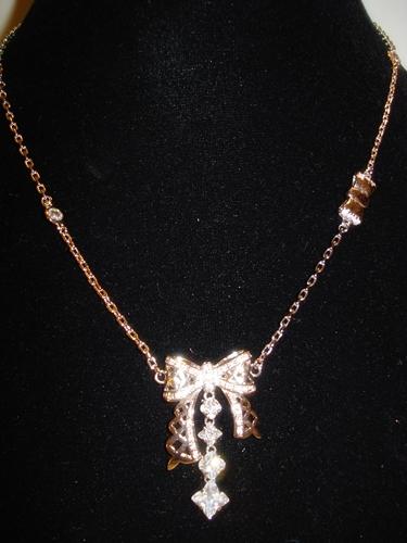 สร้อยคอรูปโบว์ฉลุสีเงินแต่งเพชร  LV Silver Large Bow Diamonds