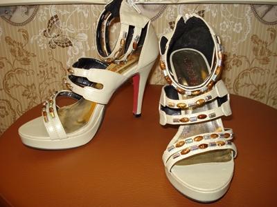 รองเท้าส้นสูงเสริมด้านหน้า สีกากี แต่งเม็ดลูกปัด แบรนด์เกาหลี / Beads Khaki Platform Shoes