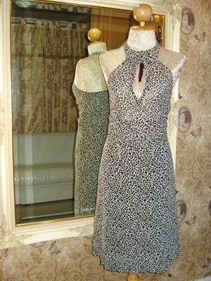 แชปส์ เดรสแขนกุด ผ้าชีฟองสีเทาอ่อนลายเสือชีต้าห์ดำแต้มน้ำตาล แหวกอกผูกโบว์หลังคอ แต่งชายกระโปรงระบาย / Cheetah Printed Chiffon Sleeveless Dress  size S