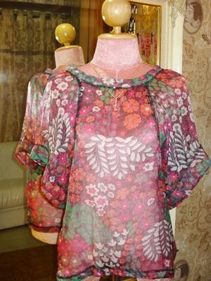 ยัง เจเน็ท ผ้าซิลค์ซีทรูผสมกากเพชรลายดอกไม้สีชมพูแดงสดสวย  แขนค้างคาว / Colourful Florals Silk Blouse  size S