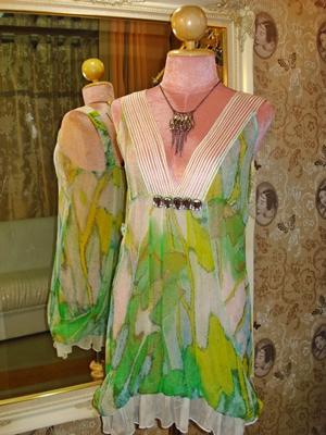 เสื้อตัวยาวหรือเดรสสั้น ผ้าซิลค์ซีทรูสีเขียว สายบ่ายืดต่อผ้าตาข่ายแต่งเส้นริ้วประดับสีครีม คอวีลึก แต่งจิวเม็ดใหญ่ใต้อก ต่อผ้าตัดโค้งเย็บซ้อนติดชายกระโปรง size M