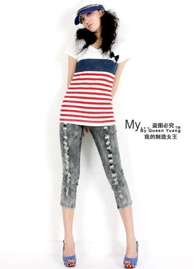 กางเกงยีนส์สีดำฟอกซีด ขาสี่ส่วน หน้าขาและกระเป๋าหลังแต่งรุ่ย เก๋ที่กระดุมหน้าเป็นรูปริมฝีปาก  / capri jeans  size 28