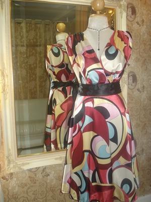 รูเล็ท เดรสออกงาน ผ้าลื่นลายกราฟฟิคสดใส จับย่นที่หัวไหล่ ช่วงเอวผูกเป็นโบว์ด้านหลัง / Bright Graphic Colors Party Dress  size 8