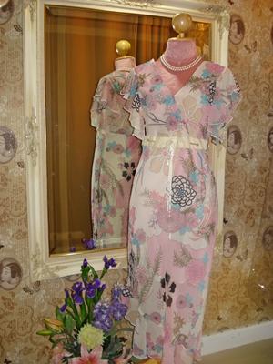 Maxi Dress ชีฟองลายดอกไม้ อกป้าย แขนระบาย ชายกระโปรงพริ้วเฉียง แต่งผ้ากำมะหยี่สีครีมคาดเอว ใส่ออกงานได้ size S