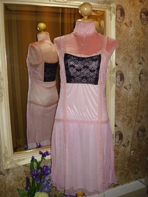 แอร์เมส เดรสสายเดี่ยวผ้าซิลเยื่อไม้อัดย่นสีชมพูกลีบบัวตัดชมพูโอลด์โรส แต่งผ้าลูกไม้สีดำหน้าหลัง ปักเลื่อม size รอบอก 34