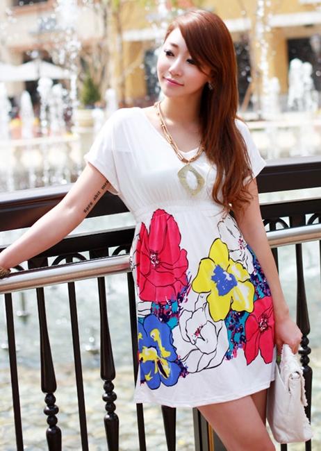เดรสสั้นคอวี ผ้ายืดสแปนเด็กซ์สีขาวพิมพ์ลายดอกไม้สีสด รอบเอวยืด