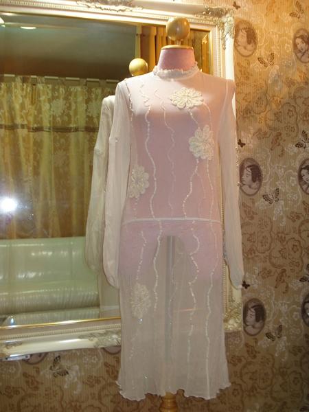 บีซีบีจี เดรสใส่ออกงาน ผ้าย่นเยื่อไม้ซีทรูสีขาวอ๊อฟไวท์แขนยาว ปักเลื่อมดอกไม้ใหญ่ size 2