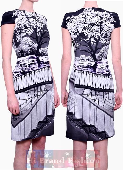 แมรี่ แคทรานต์ซู/ไคล์เมด้า เดรสแขนสั้นพิมพ์รูปทิวทัศน์ ต้นไม้ดอกไม้สีขาว ราวรั้วกับสะพาน ปะติดปะต่อรูปบนชุดเดรสได้น่าสนใจดี Kardia Dress in Multi Layout Print มีพร้อมส่ง 3 ไซส์ uk10 uk12 และuk14