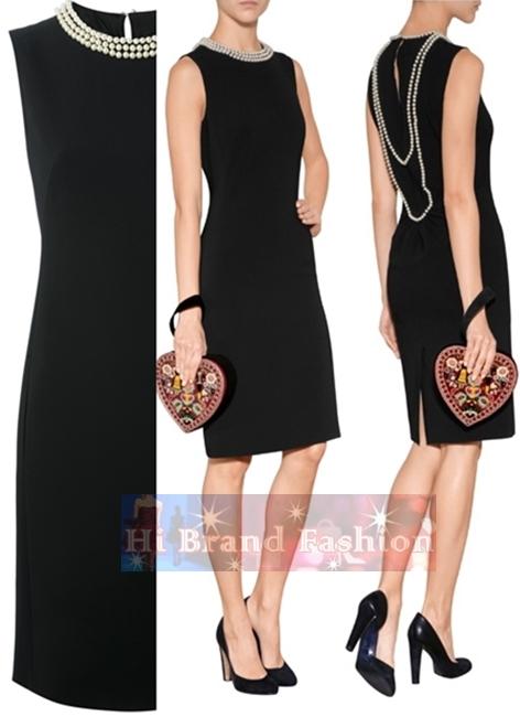 มอสชิโน เดรสใส่ออกงานแขนกุด ผ้าจอร์เจียสีดำปักลูกปัดมุกรอบคอและเรียงร้อยพาดโค้งไปด้านหลังคล้ายใส่สร้อยระย้า บั้นท้ายจีบนิดดูสวยสง่างาม Pearl Collar Black Sheath Dress  uk16