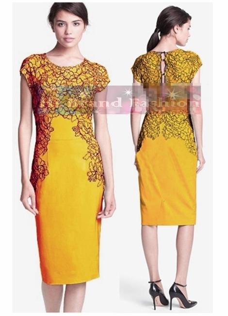 ลีล่า โรส เดรสหรูออกงานแขนกุด ผ้าตาข่ายซีทรูปักลายดอกไม้สีเหลืองขอบดำ ตัดต่อชุดทรงเกาะอกผ้าเครปสีเหลืองไพร 5198 Yellow Hand Placed Lace Sheath Dress พร้อมส่ง 3 ไซส์ค่ะ us8 10 12