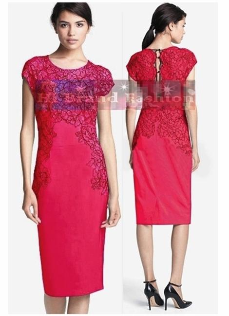 ลีล่า โรส เดรสหรูออกงานแขนกุด ผ้าตาข่ายซีทรูปักลายดอกไม้สีชมพูสดขอบดำ ตัดต่อชุดทรงเกาะอกผ้าเครปสีชมพูบานเย็นเข้มจัด 5198 Pink Rose Hand Placed Lace Sheath Dress พร้อมส่งครบทุกไซส์ค่ะ