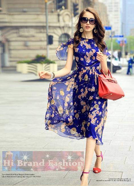 เดรสใส่ออกงานแขนสั้น ผ้าชีฟองสีน้ำเงินพิมพ์ลายดอกไม้กับเหรียญตรา จับเดรปหน้า กระโปรงบานพริ้วยาวคลุมเข่า Blue Floral Chiffon Midi Dress พร้อมส่ง 4 ไซส์ค่ะ S M L และ XXL
