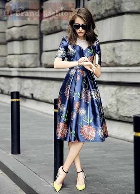เดรสหรูออกงานแขนสั้น ผ้าแก้วสีขาวปักสร้อยมุกร้อยรอบคอ ตัดต่ออกโค้งชุดผ้าเนื้อดีออกเงาประกายสี midnight blue พิมพ์ลายดอกไม้ใหญ่ จับจีบกระโปรงบานยาว สวยดุจเจ้าหญิงผู้เลอโฉม Hand Beaded Flowers Print Midnight Blue Midi dress พร้อมส่ง 2 ไซส์ M กับ L
