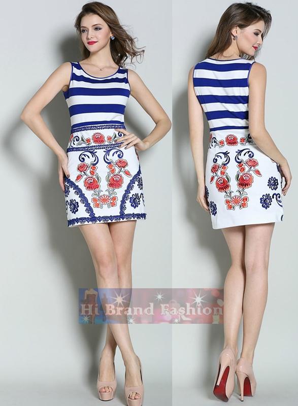 ดีแอนด์จี/โดลเช่ แอนด์ แกบาน่า เดรสแขนกุดทรง A ผ้ายืดพิมพ์ลายขวางสีน้ำเงินขาว ปักแต่งลายดอกไม้แดงกับแถบลูกไม้น้ำเงินรอบกระโปรงสวยสดใสค่ะ Navy Striped and Elegant Embroidered Dress พร้อมส่งครบ 5 ไซส์ค่ะ