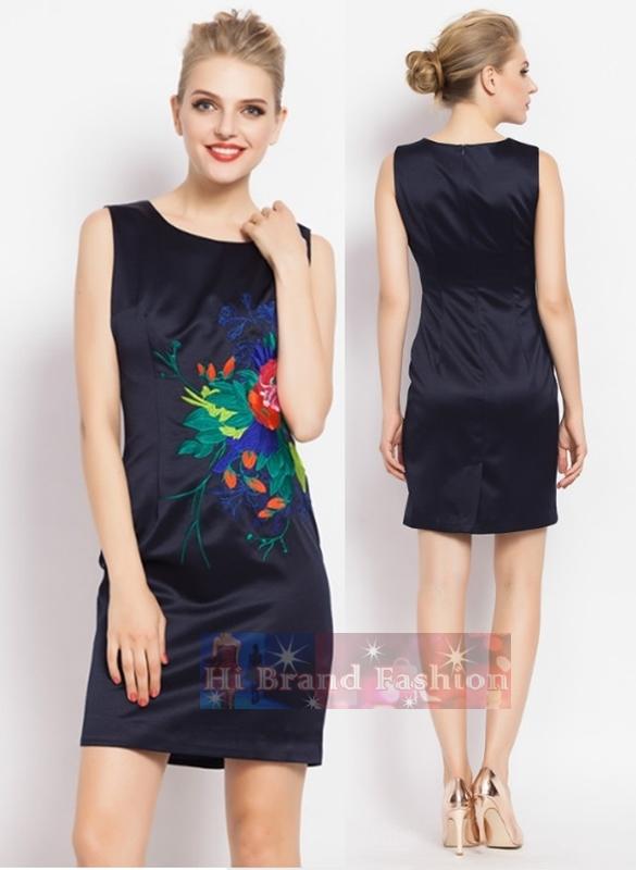 มาร์โคเบอร์  เดรสใส่ออกงานแขนกุด ผ้าเครปซาตินสีน้ำเงินเข้มเกือบดำปักลายดอกไม้แดงแนว Oriental งานปักปราณีตสวยหรู  Midnight Blue Sleeveless Embroidered Dress พร้อมส่งครบ 5 ไซส์ค่ะ
