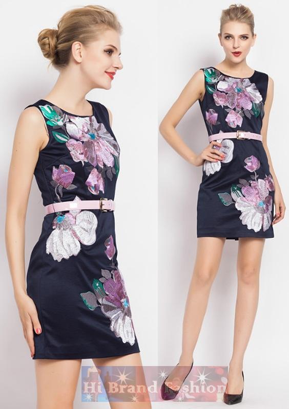 มาร์โคเบอร์  เดรสใส่ออกงานแขนกุด ผ้าเครปซาตินสีน้ำเงินเข้มเกือบดำปักลายดอกไม้ใหญ่ งานปักละเอียดแน่นปราณีตสวยหรู แถมเข็มขัดสีชมพูด้วยค่ะ  Midnight Blue Sleeveless Embroidered Dress with Belt พร้อมส่งครบ 5 ไซส์ค่ะ
