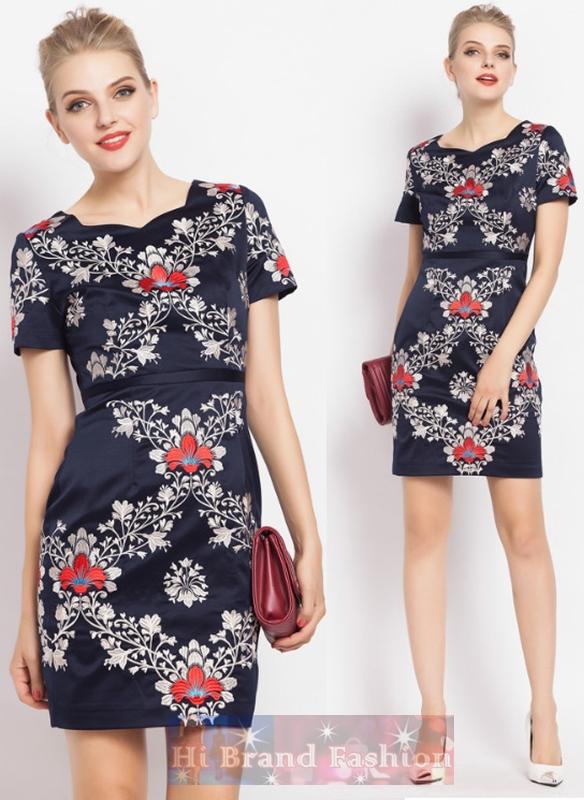 มาร์โคเบอร์  เดรสใส่ออกงานแขนสั้น คอหยักโค้ง ผ้าเครปซาตินสีน้ำเงินเข้มเกือบดำปักลายดอกไม้แดงขาวทั้งตัวอย่างประณีตสวยหรู Midnight Blue Short Sleeves Embroidered Dress พร้อมส่ง 2 ไซส์ค่ะ  uk14 กับ uk16