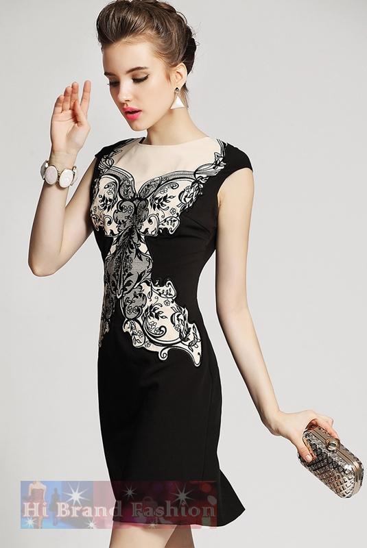 เดรสใส่ออกงานแขนกุด ผ้าเนื้อดีเนียนนิ่มตัดต่อสีดำกับสีเนื้อ ปักลายดอกไม้สีดำด้านหน้าอย่างประณีตสวยงาม ด้านหลังคอ V ซีทรูเซ็กซี่ Black and Nude Bodycon Dress พร้อมส่ง 3 ไซส์ค่ะ uk10 uk12 uk14
