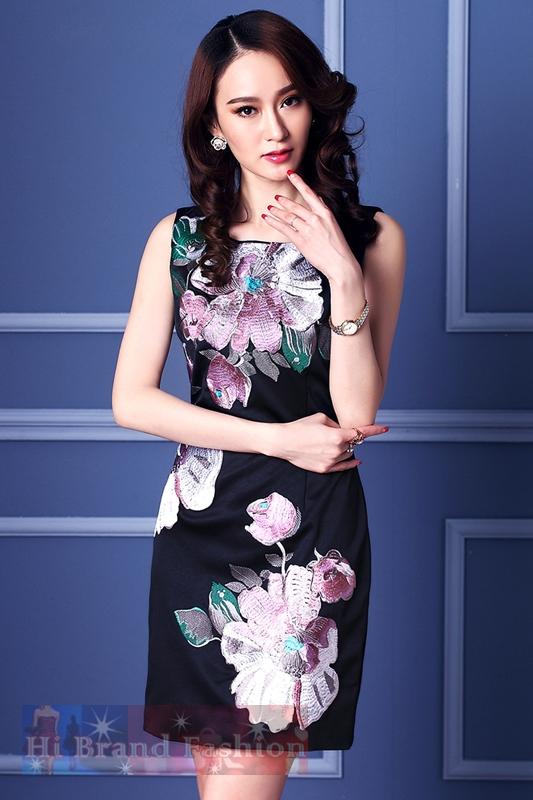 เดรสใส่ออกงานแขนกุด ผ้าเครปซาตินสีน้ำเงินเข้มเกือบดำปักลายดอกไม้ใหญ่ งานปักละเอียดแน่นปราณีตสวยหรู แถมเข็มขัดสีชมพูด้วยค่ะ  Midnight Blue Sleeveless Embroidered Dress with Belt พร้อมส่ง 3 ไซส์ค่ะ uk8  uk12 uk16