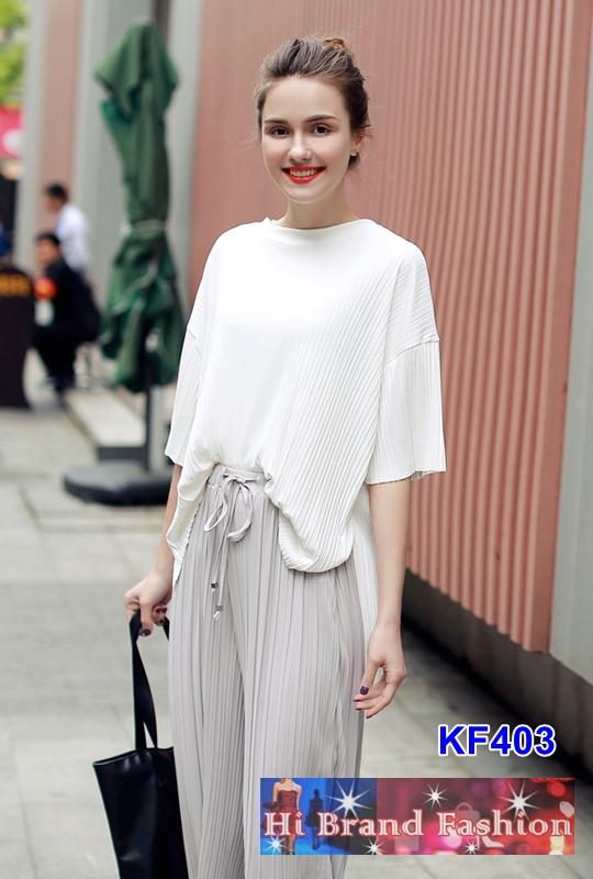 เสื้อสีขาวแมทช์กับกางเกงสีเทา ผ้าลื่นอัดพลีททั้งตัว ลุคชิลแอนด์ชิคสบายๆ S M